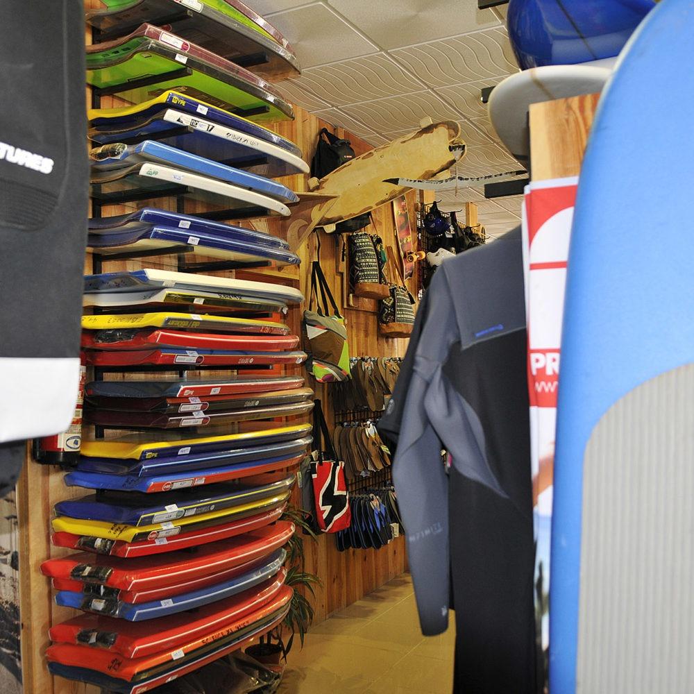Bodyboards en una surf shop