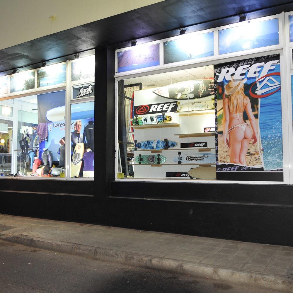 Escaparate exterior tienda de surf