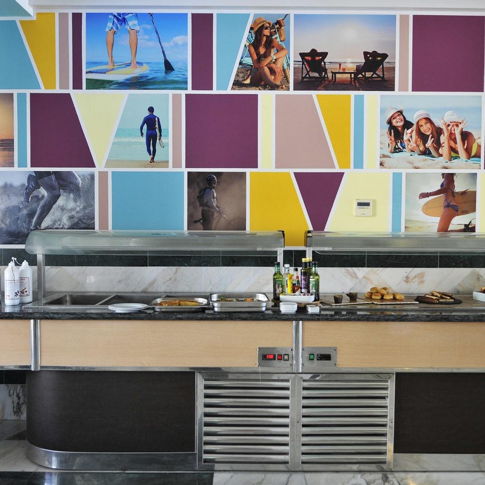Surf mural detras del buffet