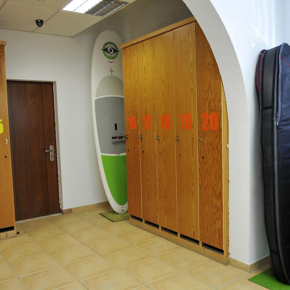 Taquillas en la escuela de surf en Corralejo