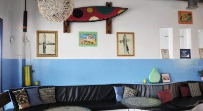 tABLA DE SURF EN UN SURF RESTAURANT