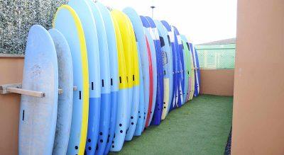 tablas-de-surf-en-la-ola-surfcamp